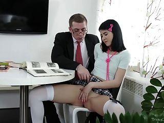 मुश्किल पुराने शिक्षक - जोड़ी उसे बिल्ली के साथ खेला
