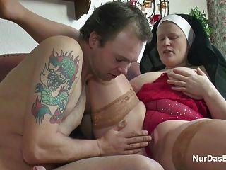 उसे बकवास करने के लिए जर्मन युवा लड़के के साथ छेड़खानी दादी नून