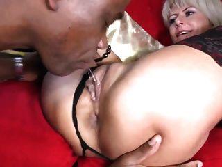 सेक्सी milf बीबीसी ले जाता है