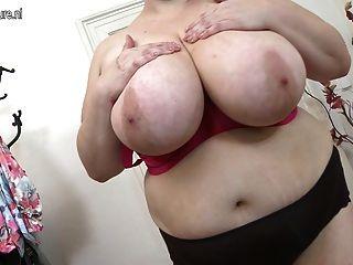 विशाल छाती परिपक्व माँ खुद के साथ खेल
