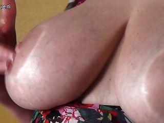 बड़े स्तन और भूख बिल्ली के साथ शौकिया दादी