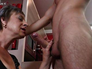 परिपक्व माँ और युवा लड़के के साथ घर वीडियो