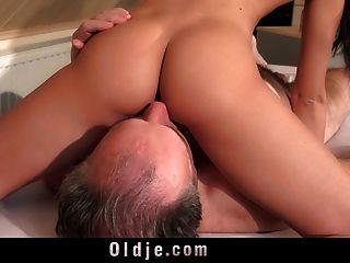 किशोर चक्कर बूढ़े आदमी के साथ नीचे हो जाता है, लेकिन यह भी आनंद मिलता है