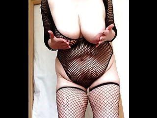 सेक्सी दादी fishnets बड़े स्तन और बिल्ली थप्पड़ मारने