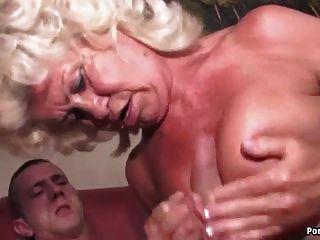 दादी चिल्लाती है, जबकि कठिन गड़बड़