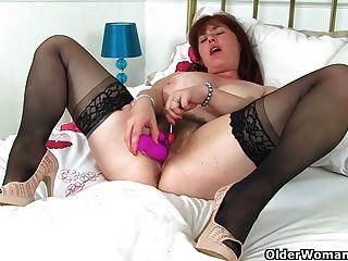 ब्रिटिश मां Janey एक लॉलीपॉप के साथ उसके बालों बिल्ली fucks