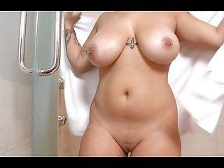 बड़ी प्राकृतिक स्तन के साथ सुडौल देवी