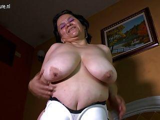 विशाल saggy स्तन के साथ लैटिन नानी के घर वीडियो बनाता है
