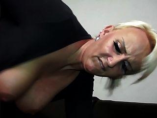 परिपक्व सुडौल माँ युवा उसके बेटे fucks