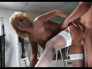 सफेद मोजा में गोरा परिपक्व milf छोटे आदमी