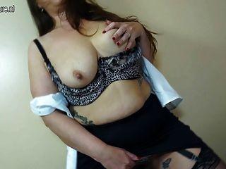 बालों योनि के साथ सेक्सी परिपक्व माँ