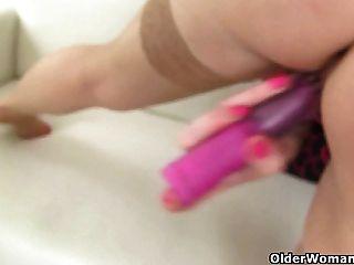 ब्रिटिश माँ सोफिया एक dildo के साथ खुद को fucks
