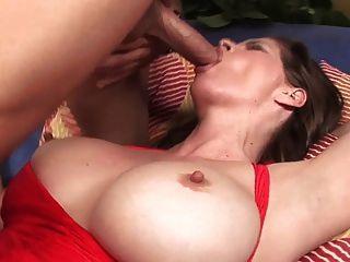 मोज़ा में परिपक्व बड़े स्तन सोफे पर fucks