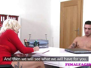 FemaleAgent एजेंट जवान लड़के के साथ उसे रास्ता हो जाता है