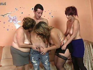 भाग्यशाली लड़का 3 परिपक्व माताओं