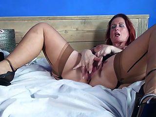 सेक्सी परिपक्व माँ और बहुत भूख लगी है बिल्ली के साथ पत्नी