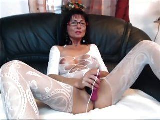 शरीर मोजा में सेक्सी श्यामला milf खुद के साथ खेलता