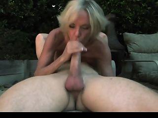 सेक्सी काले मोज़ा में परिपक्व गार्डन में एक आदमी को भी आनंद मिलता है