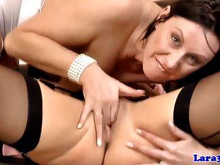 परिपक्व समलैंगिक ब्रिटिश एमआईएलए द्वारा pussylicked हो रही है