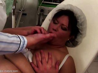 बड़ी माँ गुदा creampie और सभी छेद में कमबख्त हो जाता है
