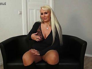 बिग छाती जर्मन माँ खुद को भाता है