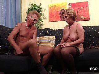 मोजा में दादी कठिन चेहरे के साथ दादा द्वारा गड़बड़