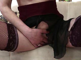 युवा कमीने fucks गांठदार परिपक्व माँ