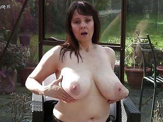 बड़े स्तन और भूख योनी के साथ शौकिया दादी