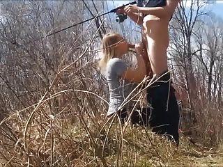 मछली पकड़ने, जबकि वह अपने मुर्गा बेकार है