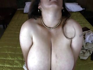 प्राकृतिक बड़े स्तन के साथ परिपक्व लैटिन माँ