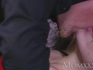 माँ श्यामला गृहिणी orgasms से पहले बिस्तर से बंधा है