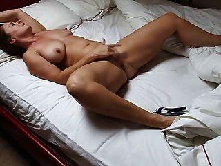 सुंदर परिपक्व बिस्तर में हस्तमैथुन औरत को