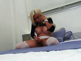 एंजिल्स सीआईडी शर्ट के माध्यम से एक से देखने में उसके बड़े स्तन से पता चलता है।