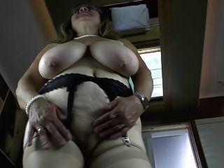 बहुत बड़ी saggy स्तन के साथ गांठदार दादी