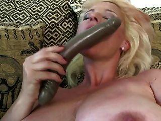 बड़ी saggy स्तन और बहुत भूख लगी है बिल्ली के साथ slutty माँ