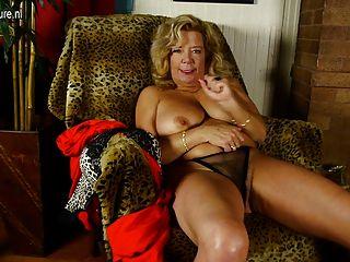 बड़े स्तन और बालों बिल्ली के साथ गांठदार दादी