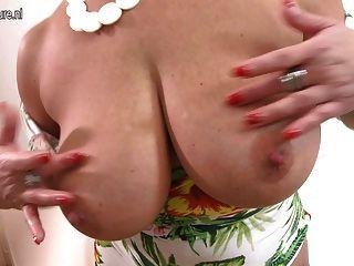 महान स्तन और संपूर्ण शरीर के साथ माँ
