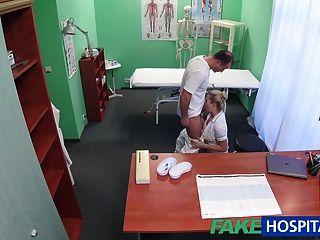 FakeHospital सेक्सी नर्स चिकित्सक द्वारा creampied हो जाता है