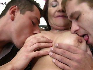 शरारती परिपक्व माँ को एक बार में दो लड़कों कमबख्त