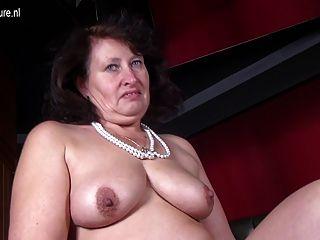 भूख योनि के साथ बड़ी सेक्सी माँ