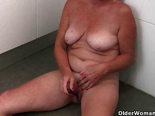 दादी एक हस्तमैथुन तोड़ लेता है