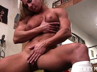 सेक्सी शौकीन गोरा जिम में उसके बड़े clit के बाहर काम करता है