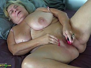 oldnanny किशोर गड़बड़ strapon के साथ पुराने Busty माँ