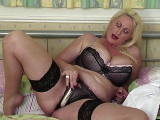 बड़े स्तन और गधे के साथ सेक्सी परिपक्व माँ