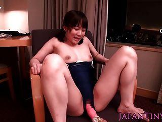 तेंदुआ squirts में छोटे जापानी लड़की जब खिलौना छेड़ा