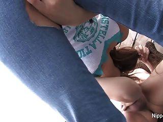 जापानी बेब चल रही है और सह खाती है