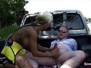 जर्मन सड़क वेश्या fucks बूढ़े लोगों के पैसे के लिए आउटडोर
