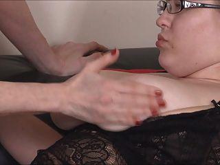परिपक्व मोजा शिक्षक विशाल titty 18 वर्ष पुराने के साथ खेलता है