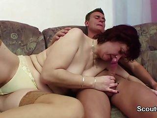 जर्मन सौतेली माँ उसे बकवास करने के लिए जब घर में अकेले छेड़खानी कदम बेटा