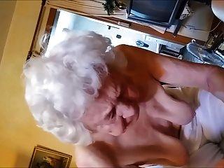 बूढ़ी औरत डिक की मालिश